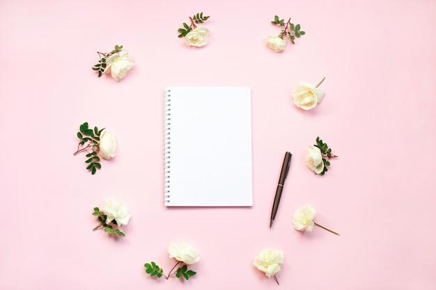 Cuaderno con copia espacio.