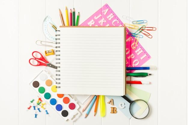 Cuaderno cuadrado en blanco en útiles escolares