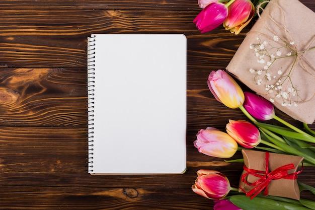 Cuaderno de cuadros decorado con tulipanes y cajas de regalo.