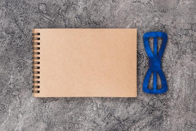 Cuaderno de cuadros con pajarita.