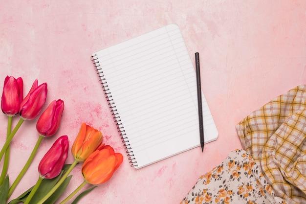 Cuaderno de cuadros con tulipanes y chales.