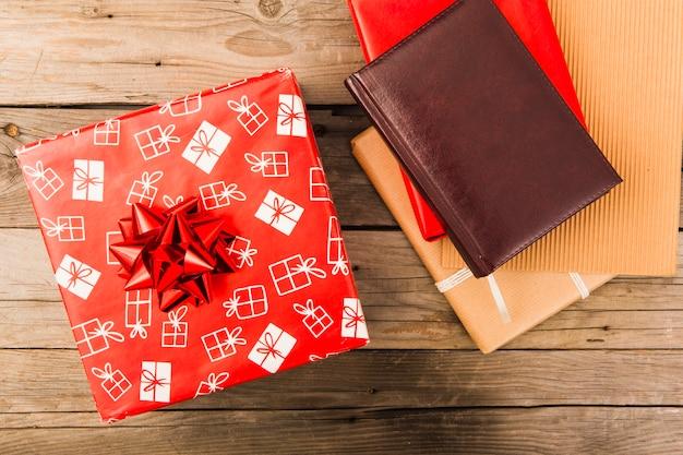 Cuaderno de cuero y caja de regalo rojo de navidad en mesa