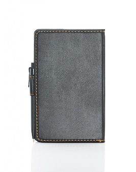 Cuaderno de cuero negro y pluma aislados