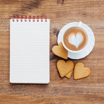 Cuaderno de escuela vintage con desayuno y café.