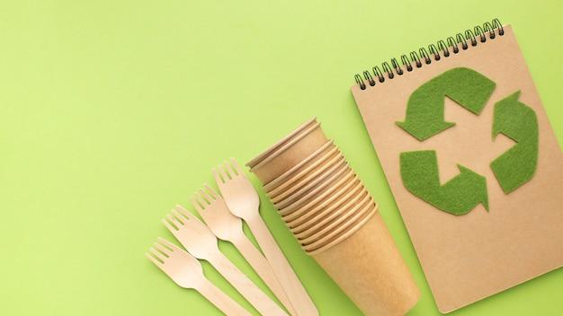Cuaderno ecológico con espacio de copia y gafas