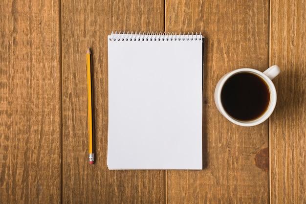 Cuaderno en blanco en la mesa