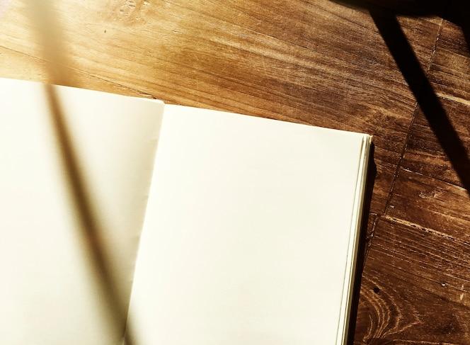 Cuaderno en blanco mesa de oficina de madera