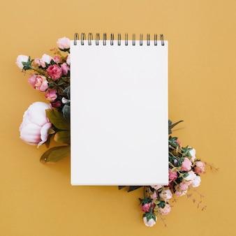 Cuaderno en un hermoso fondo de oro con bonitas flores