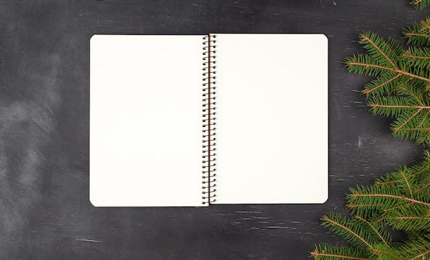 Cuaderno espiral abierto con hojas blancas en blanco