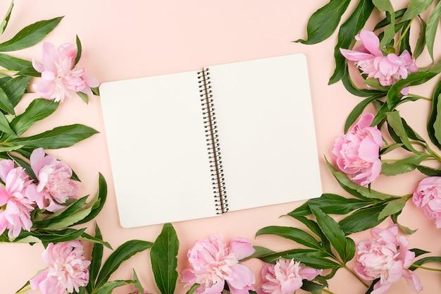 Cuaderno espiral abierto con páginas en blanco en blanco