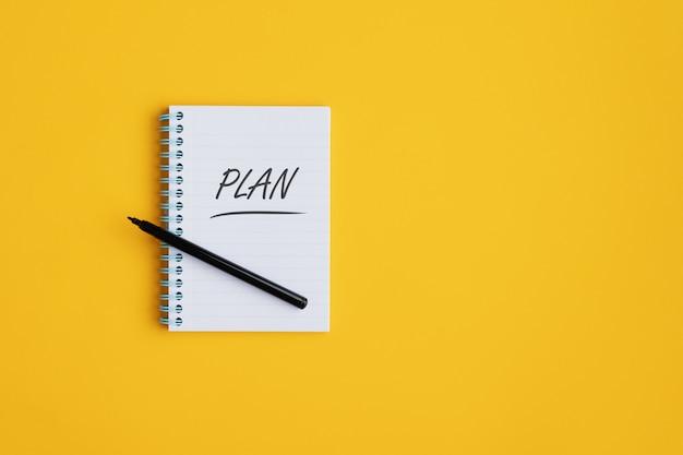 Cuaderno espiral con la palabra plan