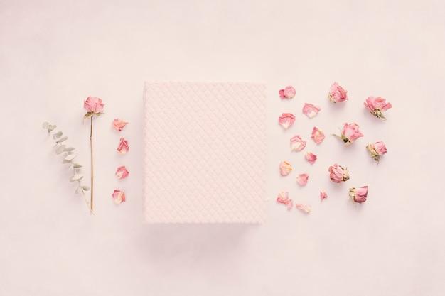 Cuaderno con flor rosa en mesa