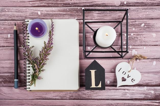 Cuaderno, flores de brezo, velas