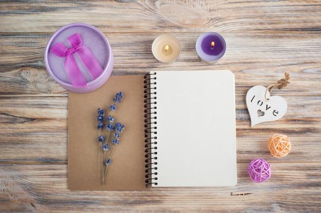 Cuaderno, flores de lavanda, velas