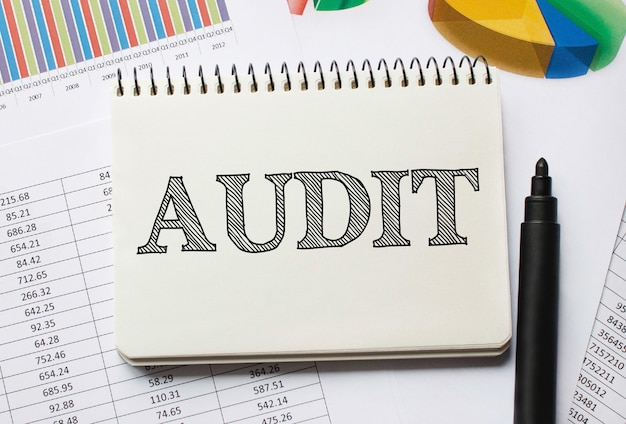 Cuaderno con herramientas y notas sobre auditoría