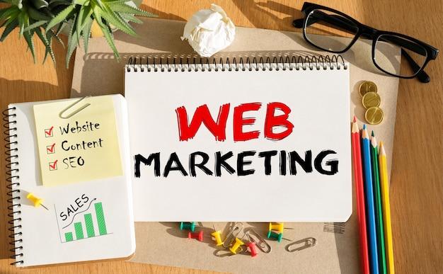 Cuaderno con herramientas y notas sobre marketing web