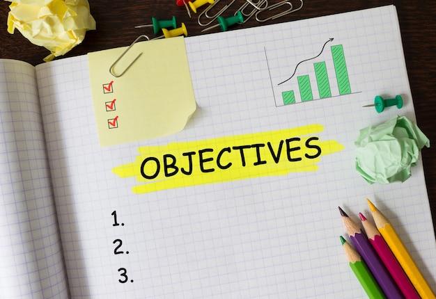 Cuaderno con herramientas y notas sobre objetivos, concepto