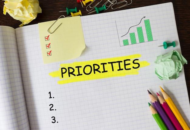Cuaderno con herramientas y notas sobre prioridades, concepto