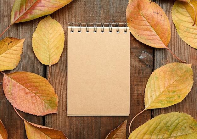 Cuaderno con hojas de otoño