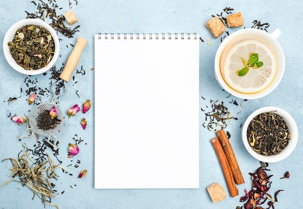 Cuaderno junto al té de limón