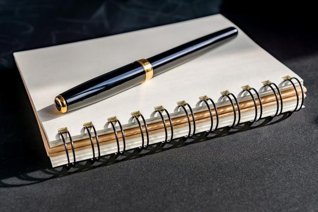 Cuaderno kraft vacío en mesa negra