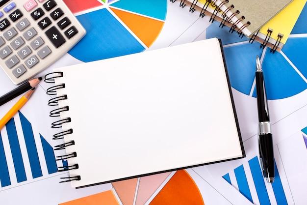 Cuaderno con lápices