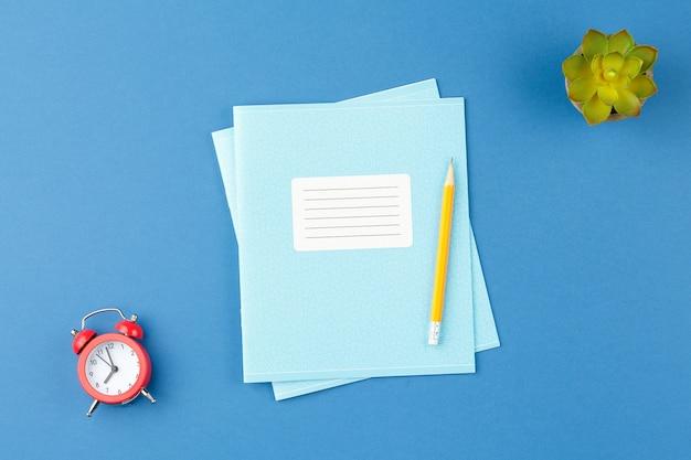 Cuaderno con lápiz sobre el escritorio de la escuela