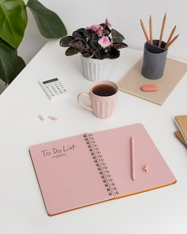 Cuaderno con lista de tareas pendientes en el escritorio