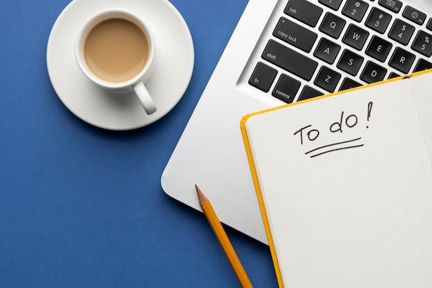 Cuaderno con lista de tareas pendientes en la vista superior del escritorio