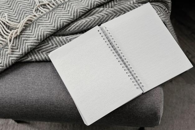 Cuaderno y manta en braille de ángulo alto