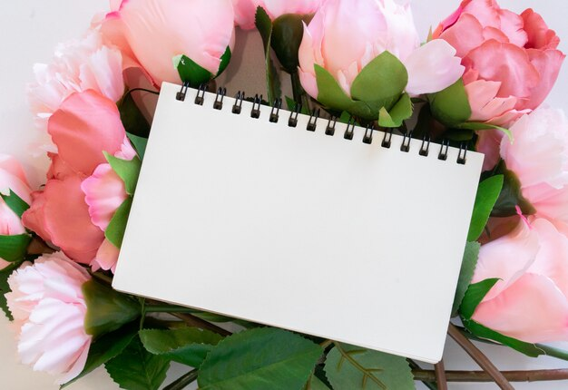 Cuaderno de maquetas en ramo de flores de rosas para el día de la madre y el concepto de san valentín