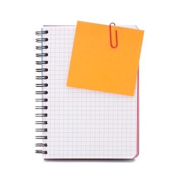 Cuaderno marcado en blanco con papel de aviso aislado en el recorte de fondo blanco