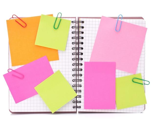 Cuaderno marcado en blanco con papeles de aviso aislado en el recorte de fondo blanco