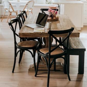Cuaderno en una mesa de comedor de madera