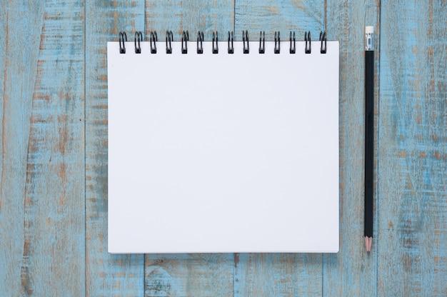 Cuaderno en la mesa de madera azul