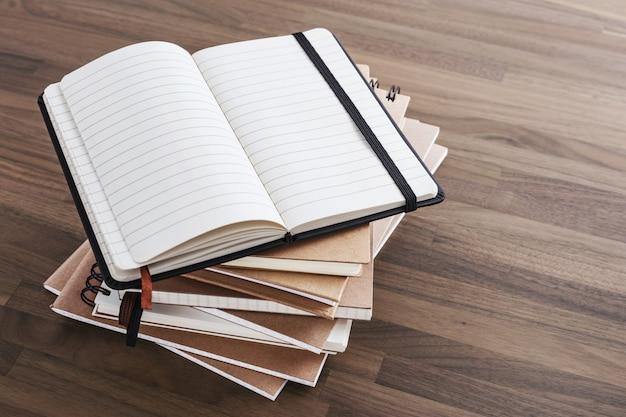 Cuaderno en mesa de madera