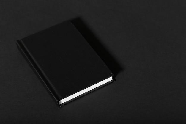Cuaderno negro maqueta con blanco limpio para