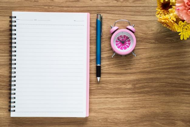 Cuaderno de papel en blanco de la vista superior en espacio de trabajo