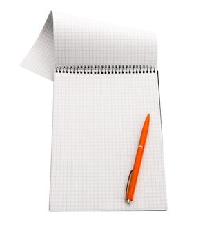 Cuaderno de papel a cuadros aislado en blanco