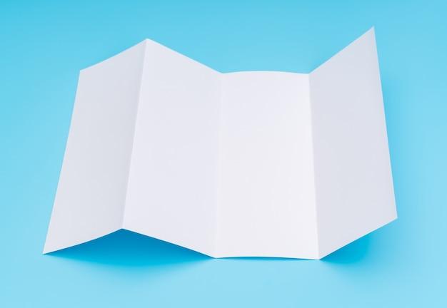 Cuaderno papel de plantilla blanco sobre fondo azul.