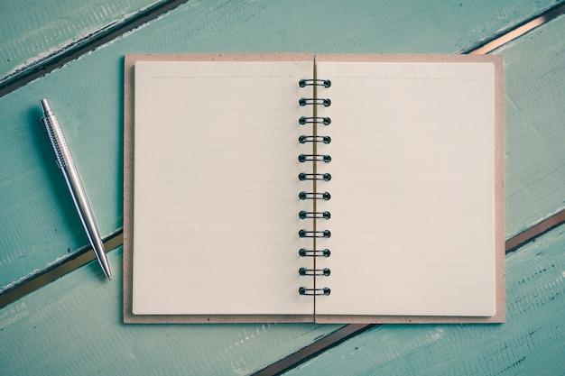 Un cuaderno de papel con una pluma en la mesa de madera, educación, negocios, concepto de vida
