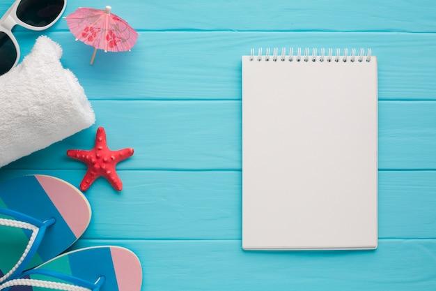 Cuaderno plano laico con concepto de vacaciones.