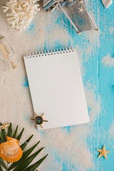 Cuaderno plano laico con concepto verano.