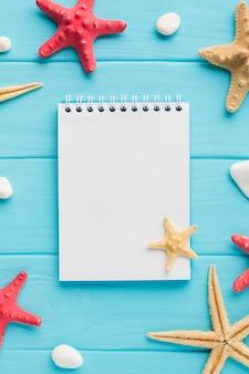Cuaderno plano laico con estrellas de mar