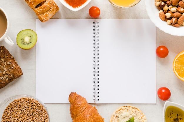 Cuaderno plano con marco de comida