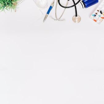 Cuaderno y pluma cerca de suministros médicos