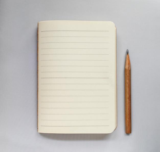 Cuaderno del primer en fondo del color