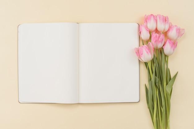 Cuaderno y ramo de tulipanes.
