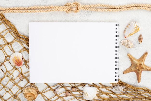 Cuaderno con red de pesca al lado