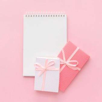 Cuaderno con regalos rosas